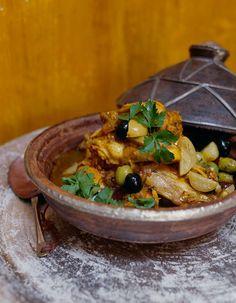 Recette Tajine poulet aux olives et pommes de terre : Faire revenir les cuisses de poulet dans un faitout avec un peu d'huile d'olive et l'oignon émincé. Ajouter les épices et la coriandre et le persil ciselés. Laisser dorer le poulet et recouvrir d'eau chaude. Laisser cuire à feu moyen 25 minu...