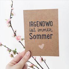 Irgendwo ist immer Sommer - fahr doch einfach hin!  Die perfekte Postkarte auf Kraftpapier für dich, deine Freunde und alle anderen Sommerkinder.  Produktdetails: 1x Postkarte A6 (14,8 x 10,5 cm), 520g Kraftpapier, weiße Rückseite.