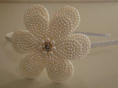 LINDO ARCO 2 FLORES BORDADA EM PÉROLAS, COM MIOLO EM STRASS, Diy Ribbon Flowers, Ribbon Crafts, Flower Crafts, Fabric Flowers, Diy Crafts, White Hair Bows, Diy Hair Bows, Handmade Headbands, Baby Headbands