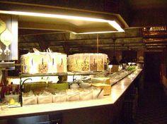 El hotel Continental Palacete en Madrid España ofrece un servicio de buffet las 24 horas e incluye vino, cerveza, snacks, platos calientes, frutas tropicales y ensaladas de fruta entre otras delicias para saciar nuestros antojos. Este hotel es reconocido por su excelente atención, su estilo barroco y su magnífica ubicación...