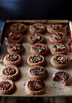 Akár vendégváró süteményként is elkészíthető csokis finomság. Hozzávalók: 22,5 dkg liszt 15 dkg porcukor 15 dkg puha margarin 2,5 dkg kakaópor 2 tojás 10 dkg étcsokoládé baracklekvár (ízlés szerint, de akár el is hagyható) színes sz...