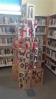 """Francisco Selva. """"Homenaje a la ñ"""" Instalación. XXV Aniversario de la Biblioteca """"Emilio Prados"""" (El Palo)"""
