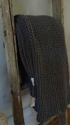 HV: Gebreide plaid in combinatie met hout, erg mooi!