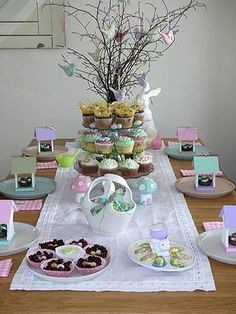 Pretty tablescape for Easter. 28 Easy DIY Tablescapes for Easter Easter Table Settings, Easter Table Decorations, Easter Centerpiece, Easter Decor, Centerpiece Ideas, Setting Table, Decoration Party, Hoppy Easter, Easter Eggs