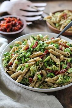 Personalized Graduation Gifts - Ideas To Pick Low Cost Graduation Offers Kale Pesto Pasta Salad With Sun-Dried Tomatoes And Broccoli - A Healthy Side Dish For Summer Bbqs And Picnics Pesto Pasta Salad, Kale Pesto, Pasta Salad Recipes, Creamy Pesto, Pasta Meals, Soup Recipes, Side Dishes For Bbq, Healthy Side Dishes, Healthy Pastas
