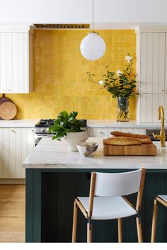 Room of the Week :: A Bold Yellow Backsplash Makes This Kitchen coco kelley Kitchen Interior Design backsplash Bold Coco kelley Kitchen Room Week Yellow Yellow Interior, Interior House Colors, Interior Design Kitchen, Küchen Design, Layout Design, Design Ideas, Design Color, Chair Design, Design Inspiration