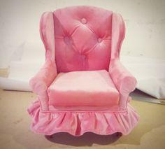 Hermoso míni sillón Vintage.  Cuéntanos tu proyecto, nosotros lo fabricamos. Envíos a toda la república. Síguenos también en Facebook: https://www.facebook.com/mueblesvintagenial Whatsapp: 2226112399 www.vintagenial.com #vintage #retro #trendy #love #deco #fashion #hechoenmexico #muebles #sillas #decoracion #mobiliario #sillones #puebla #mexico #mueblesvintage #mueblesretro #glamour #eventos #buengusto #diseño #midcentury