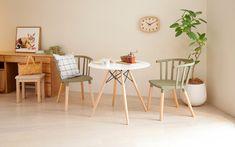 異素材を組み合わせたダイニングテーブル&チェア。 ダイニングテーブルの丸みと明るいカラーが優しく温かな雰囲気を演出。 リラックス効果のあるグリーンをアクセントに取り入れたナチュラルインテリアの完成。