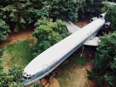 Living On a Jet Plane: Oregon Retiree Turns a Boeing 727 in. Airplane House, Batman Cast, Boeing 727 200, Different Types Of Houses, Primitive Technology, Dome House, House On The Rock, Unique Buildings, Jet Plane