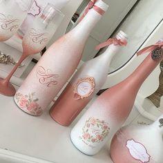 Wine Bottle Art, Painted Wine Bottles, Diy Bottle, Painted Wine Glasses, Wine Bottle Crafts, Bottles And Jars, Mason Jar Crafts, Beer Bottle Centerpieces, Decoupage Art