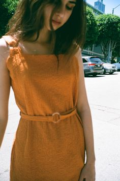 The dress that proves clothes can be both comfortable and flattering. This orange shift dress has a loose . Looks Style, Style Me, Summer Wear, Summer Outfits, Pretty Outfits, Cute Outfits, Pretty Clothes, Moda Vintage, Vogue
