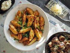 Kaupallinen yhteistyö: Le Gruyére AOP -juusto Le Gruyère AOP -juusto ja peruna muodostavat taivaassa solmitun liiton. Ja kun tuohon liittoon lisätään kolmanneksi pyöräksi ripaus tryffeliä, ruoka nousee aivan uudelle tasolle. Voit käyttää perunoihin… Chicken Wings, Shrimp, Meat, Food, Essen, Meals, Yemek, Eten, Buffalo Wings