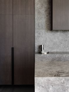 One of the Melbourne's most envied residential postcodes, Heyington Place by Carr Design combines refinement and elevated restraint in its approach. Gray Interior, Kitchen Interior, Küchen Design, Design Firms, Design Ideas, Interior Design Studio, Interiores Design, Modern Minimalist, Decoration