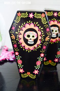 Celebrate Halloween this year with a Dia de los Muertos party! This post is full of Day of the Dead Party ideas including skull topped cupcakes. Dulceros Halloween, Holidays Halloween, Halloween Decorations, Mexican Halloween, Vintage Halloween, Halloween Makeup, Halloween Costumes, Day Of The Dead Party, Day Of Dead