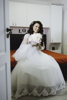 Wedding Time Beautiful Day, Flower Girl Dresses, Studio, Wedding Dresses, Unique, Fashion, Bride Dresses, Moda, Bridal Gowns