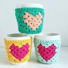Taza Corazón Crochet Craft Fair, Crochet Home, Crochet Gifts, Cute Crochet, Crochet Baby, Crochet Projects, Crochet Square Blanket, Knitting Patterns, Crochet Patterns