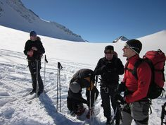 Das Ausrüsterteam bei einer kleinen Rast während einer traumhaft schönen Skitour in den Ötztaler Alpen / Tirol / Österreich