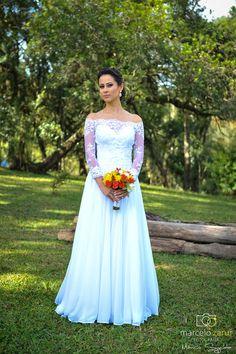 Bouquet de rosas. vestido de noiva com renda, casamento no campo.