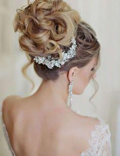 Idee acconciature alte per la sposa - Chignon e coroncina gioiello