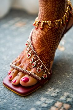 Bridal heels with henna or mehndi design. Anklet Jewelry, Anklets, Bridal Jewelry, Gold Anklet, Wedding Sandals For Bride, Bridal Sandals, Wedding Bride, Wedding Venues, Wedding Ideas