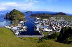 Vestmannaeyjar, Islandia;Vestmannaeyjar está situada en una gran isla con el mismo nombre, en la costa sur de Islandia. Se trata de una zona volcánicamente activa donde, en 1973, toda la población tuvo que ser evacuada por la erupción de un volcán que destruyó una parte de la ciudad. La isla también es notable por su inmensa biodiversidad, que incluye 150 especies de plantas, todavía sin clasificar, y millones de aves que anidan en sus acantilados.