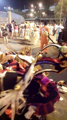 Fantasias da Vila Isabel,sendo jogadas no lixo,após desfile na Marquês d...