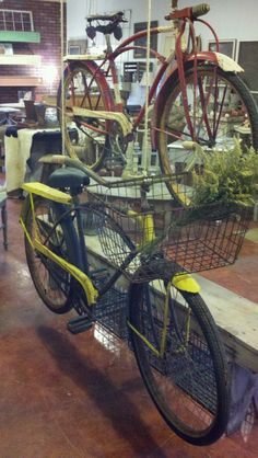 (They still need flowers and wine bottles and old newspapers rolled up in. Vintage Sled, Vintage Bicycles, Vintage Metal, Old Bicycle, Old Bikes, Antique Market, Antique Stores, Antique Bicycles, Flea Market Decorating