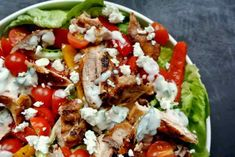 Een heerlijke salade, ik kan er geen genoeg van krijgen. Ook in de winter wil ik af en toe een salade, je kan wel zeggen dat ik een salade en kip fan ben. Dus deze gaat er zeker in. De marinade en de dressing maak ik een dag van tevoren. En dan is het zo in elkaar gezet. Ik moet zeggen het ziet er