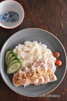 パサつきがちな「鶏むね肉」を使って旨味たっぷりの鶏の炊き込みごはんタイの人々が愛してやまないソウルフードです鶏むね肉にしっかりと下味をつけ、炊飯器でしっくりと加熱することで鶏むね肉が しっとりと仕上がりますお米に、鶏の旨味も加わり一石二鳥!材料が多そうに見 Home Recipes, Asian Recipes, Ethnic Recipes, Japanese House, Risotto, Oatmeal, Rice, Cooking, Breakfast