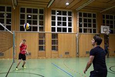 FH Studenten beim Volleyball Volleyball, Basketball Court, Sports, Students, Sport