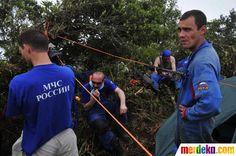 Tim SAR Rusia mempersiapkan peralatan untuk membantu tim SAR Indonesia mengevakuasi bangkai pesawat dan mencari kotak hitam (Black Box).
