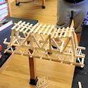 Bygg en så hållbar bro som möjligt av ett begränsat antal glasspinnar. I detta experiment utforskar du brotyper och hållfasthetslära.