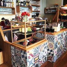 Neues Cafe in der Nachbarschaft. Eine wirklich schöne Enthüllung nach wochenlanger Baustelle und Ratespiel wer denn da nun in die ehemaligen vom Cafiko einziehen wird. Farmer&Lou heisst das neue Lokal. Nach einen kuzen Blick in den Innenraum und auf die Karte haben wir beschlossen wir kommen bald wieder und probieren uns durch die Speisen  #cafe #munich #muenchen #interior #haidhausen #haidhausenyeah #yeahhaidhausen #food #liebedeinviertel