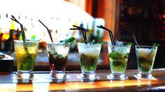 Les astuces d'un barman pour un mojito parfait Cocktails, Alcoholic Drinks, C'est Bon, Pint Glass, White Wine, Parfait, Champagne, Tableware, Food