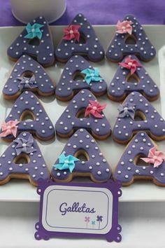 Galletas inicial con molinillos/Pinwheel cookies: Mesa dulce para comunión de niña con temática de molinillos - Pinwheel themed sweet table for a girl's party