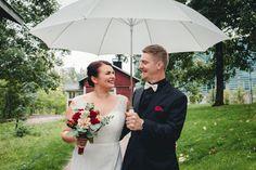 Rainy day wedding in Finland. Sadepäivän hääkuvaus. #wedding #weddingphotography #happycouple #weddingpotrait #weddingphotographer #häät #hääkuvaus #hääkuvaaja #hääpotretti #sadepäivä