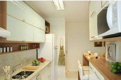 Cozinha pequena branca e madeira