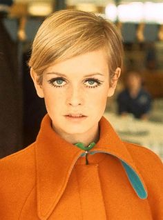 Clothes - Twiggy 's Pixie Cut - It's Women's History Month and we like hair, so we are talking about some of the most recognizable hairstyles from years past. Pixie Cut Blond, Short Pixie, Pixie Cuts, Style Twiggy, Undone Look, 1960s Hair, Classic Haircut, Foxy Brown, Charlotte Rampling