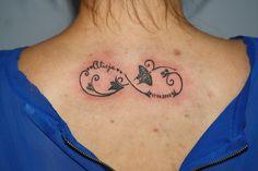 znak nieskończoności z imionami, wykonanie TIME4TATTOO www.time4tattoo.pl #znaknieskończoności #tataużznaknieskończoności #tatuaznaplecach #tatuażnieskonczonosciimiona #infinitytattoo #tattooinfinitywithnames #time4tattoo