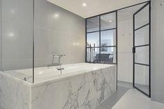 Isot harmaat laatat lattiassa ja sienissä sekä marmorinen kylpyamme  Kivi ja laatat ABL Laatat
