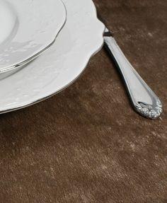 Bordløper i espresso Enkel bordløper i papirliknende materiale, perfekt til bryllupsdekorasjon, eller andre festlige lag. Finn akkurat deres farge blant de 19 ulike fargene å velge i. Bordløperens bredde er 30 cm, og lengden hele 10 meter lang. Klipp til ønsket lengde. Pris: 59kr