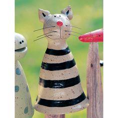 Der Pfostenhocker Katze wird für Keimzeit exklusiv von unserer Künstlerin mit viel Liebe zum Detail von Hand getöpfert.