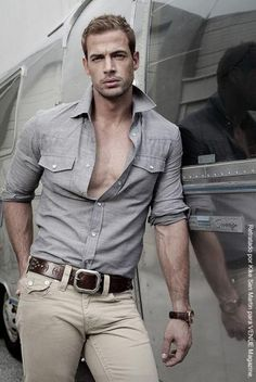 gray shirt, jeans/William Levy