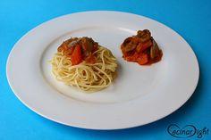 Si consumimos espaguetis con verduras, convertimos este plato de pasta en algo muy nutritivo y equilibrado. Y si ya preparamos la pasta de forma casera, la comida será espectacular. El acompañamiento de verduras se trata de un simple ragú vegetal (sin carne picada), de champiñones. Lo mejor es tener raciones de esta salsa de verduras en el congelador para que podamos preparar el plato en sólo 5 minutos.