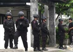 Enam Terduga Teroris Malang Dipindahkan ke Mako Brimob Jakarta : Sebanyak enam orang terduga teroris yang ditangkap dan diamankan di Mako Brimob Detasemen B Pelopor Polda Jawa Timur (Jatim) di Ampeldento Kabupaten Malang Jatim dib