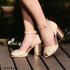 Sandália confeccionada em couro com salto bloco e tornozeleira. Com bico peep toe em material traçado esse modelo vai ser a sua escolha para brilhar! Ref. N7583