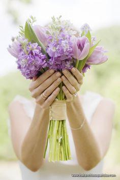 Buquê de tulipas e boca de leão em tons de lilás. O contraste com o verde da folhagem e dos caules deixa o conjunto ainda mais bonito.
