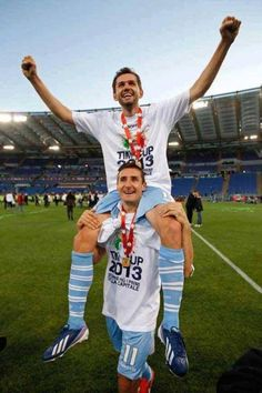 Lulic gets a ride on the shoulders of the grande campione Klose