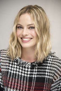 From space buns and blue eyeliner, to brunette Hollywood waves, these are Margot Robbie's best hair and makeup looks. Atriz Margot Robbie, Margot Elise Robbie, Margo Robbie, Red Glitter Eyeshadow, Blue Eyeliner, Hollywood Waves, Hollywood Hair, Hollywood Actresses, Goodbye Christopher Robin