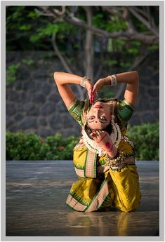 odissi performance by shibani patnaik Folk Dance, Dance Art, Shall We Dance, Just Dance, Dancers Body, Indian Classical Dance, Dance World, Bollywood, Dance Poses